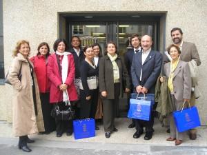 Docentes galegos e portugueses o 18 de outubro de 2004 en París facendo entrega da candidatura