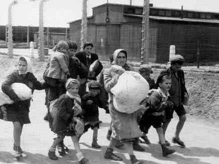 Mulleres e nenos considerados non aptos para o traballo levados á cámara de gas en Birkenau, Polonia, en Maio de 1844 / Imaxe: Public Domain/Yad Vashem Photo Archive