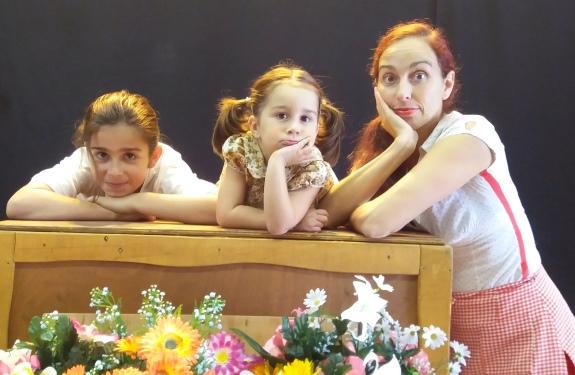 Dúas nenas xunto á actriz María Torres