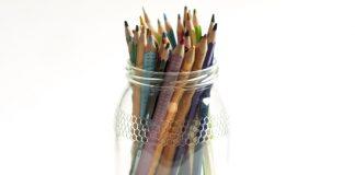 Bote de vidro con lápices de cores